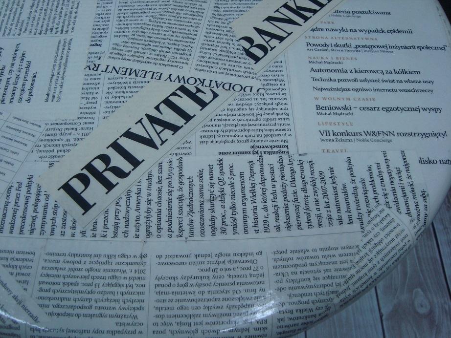 Stolik z blatem oklejonym gazetą