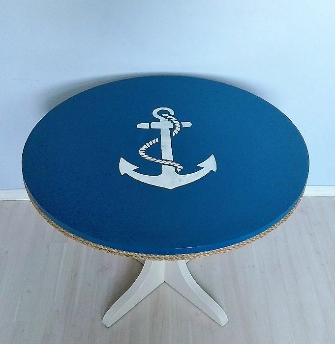 Stolik z okrągłym blatem malowanym w stylu marynistycznym