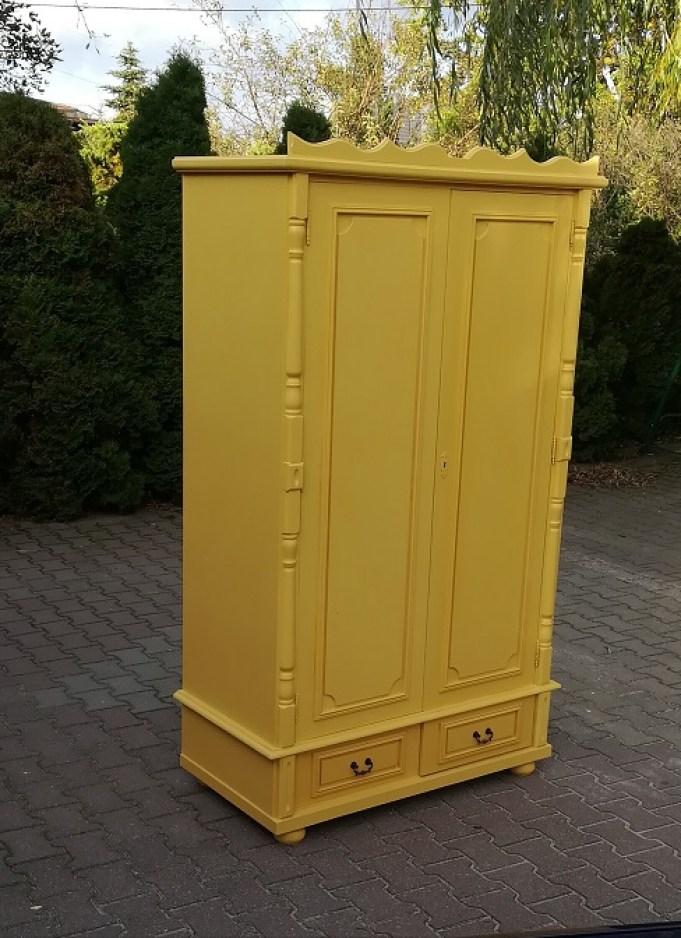 Szafa malowana na żółto