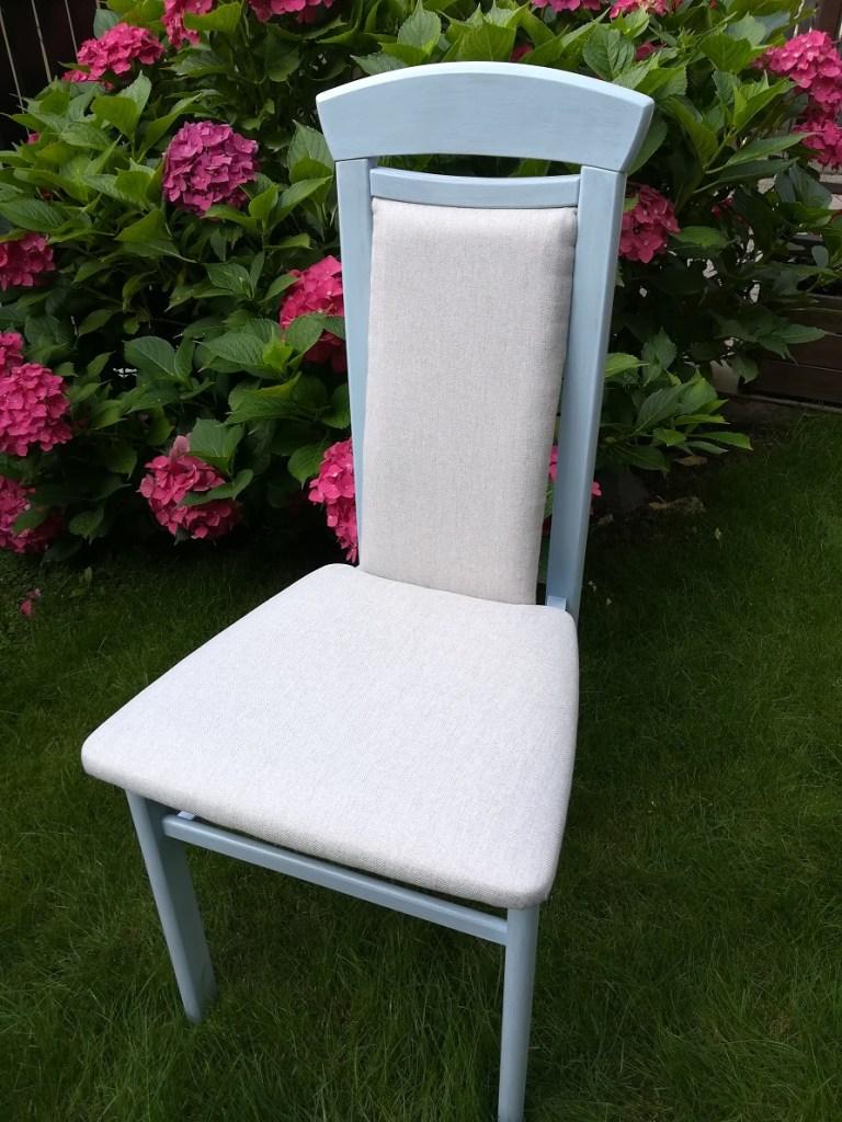 Krzesło tapicerowane malowane na niebiesko z przecierką