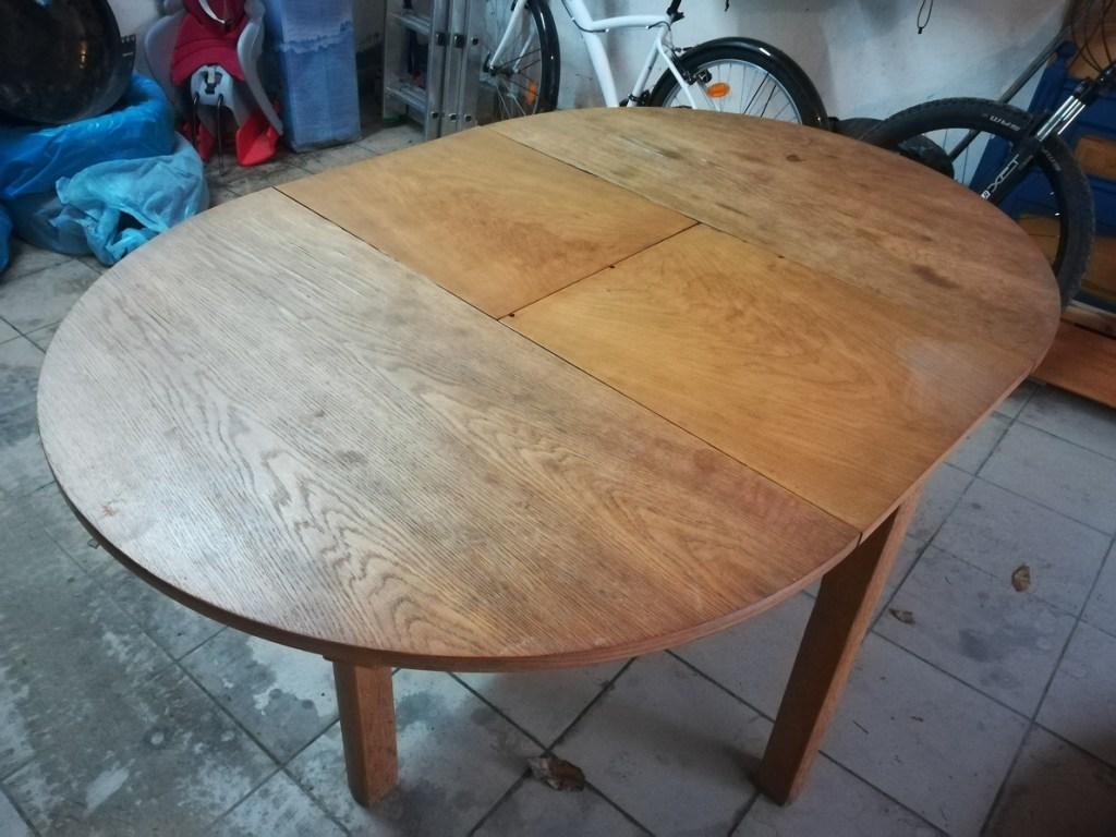Drewniany stół z rozkładanym blatem