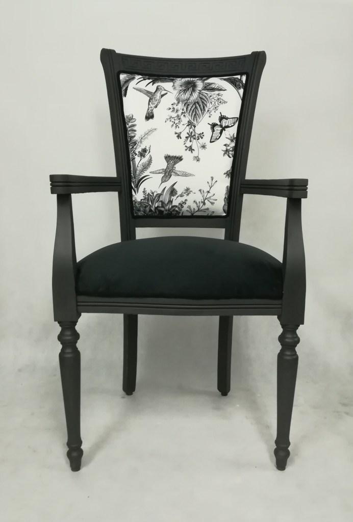 Tapicerka z ptakami na krześle