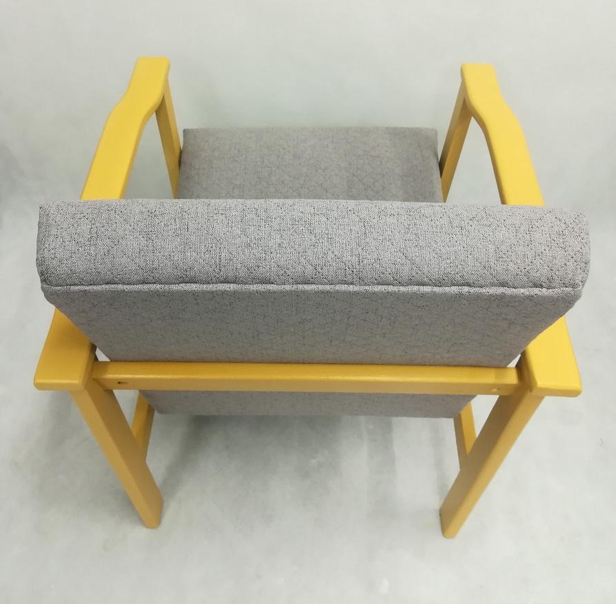 Żółty fotel malowany