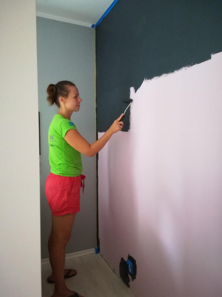 Malowanie ściany na czarno