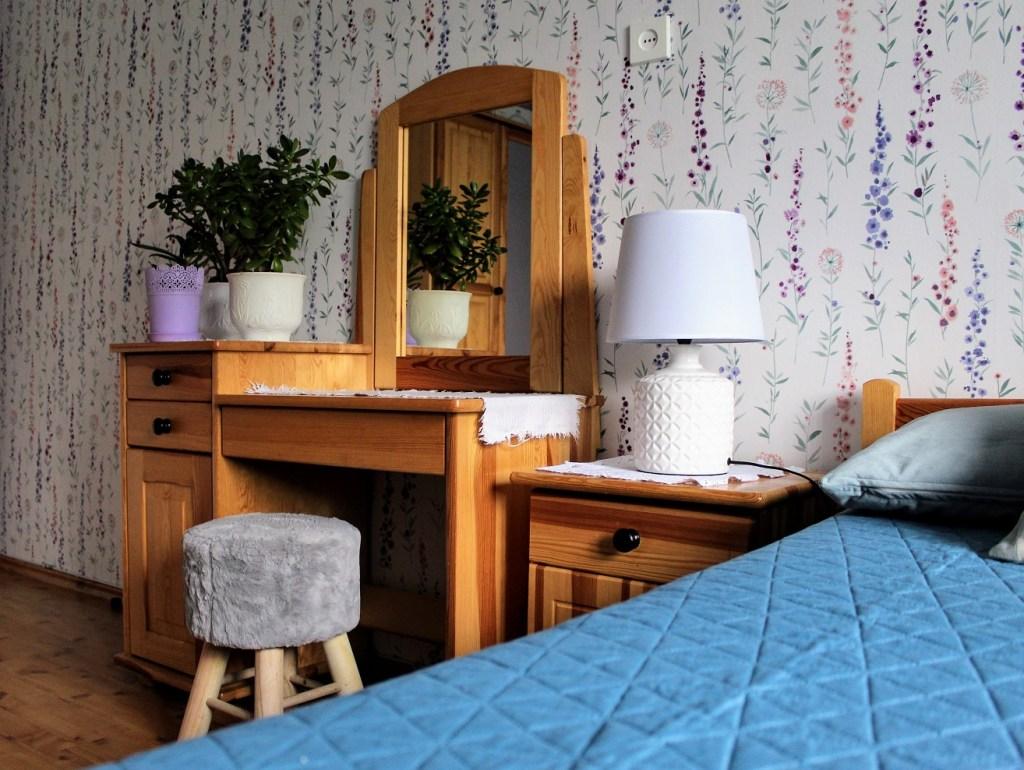 kwiatowa tapeta w sypialni