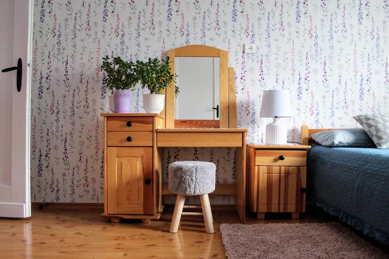 sypialnia_z_tapeta_w_kwiaty_sosnowa_toaletka