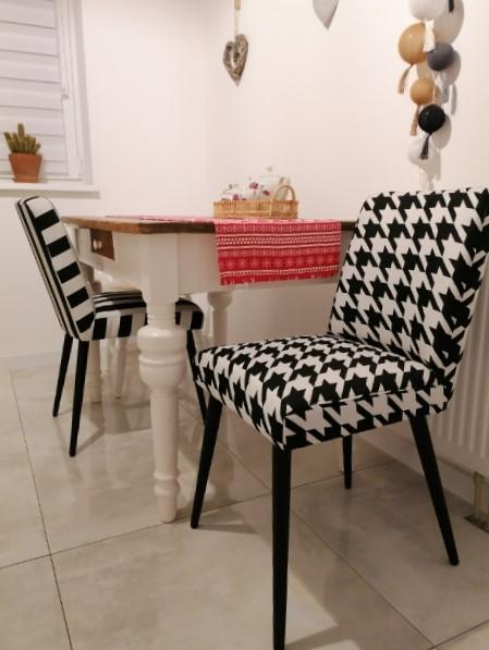 biało-czarna tapicerka na krzesłach