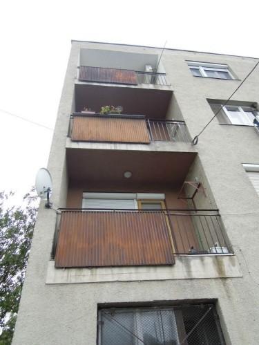 rozsdás erkély, eladó lakás