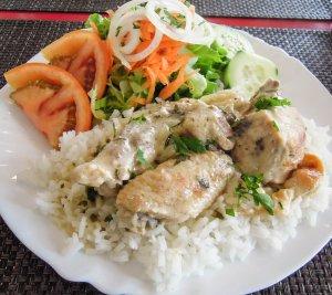 Joghurtos csirke salátával, rizzsel 4.5 euro kb 1.400 forint