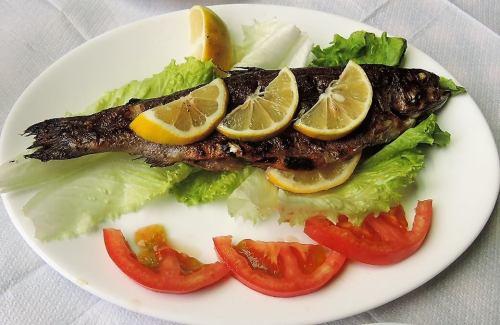 Albánia konyha étel sült pisztráng