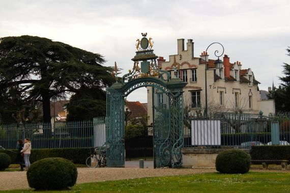 Right through these gates (taken on yet another grey day in Paris)