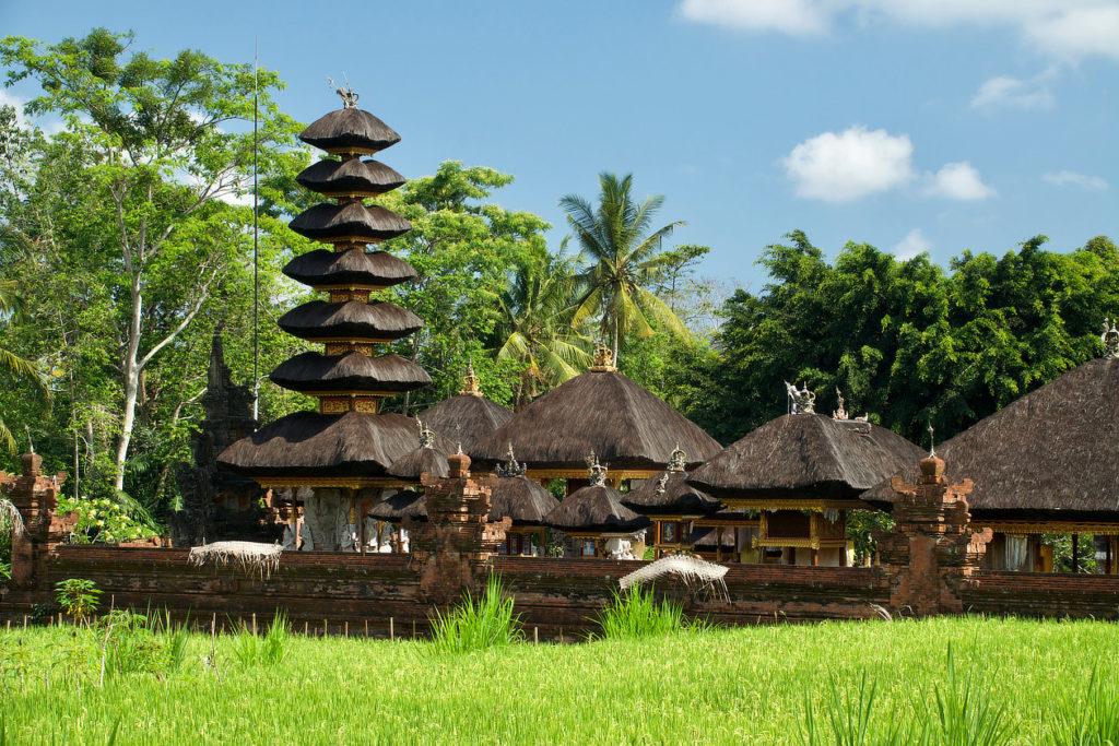 Temple au milieu d'une rizière