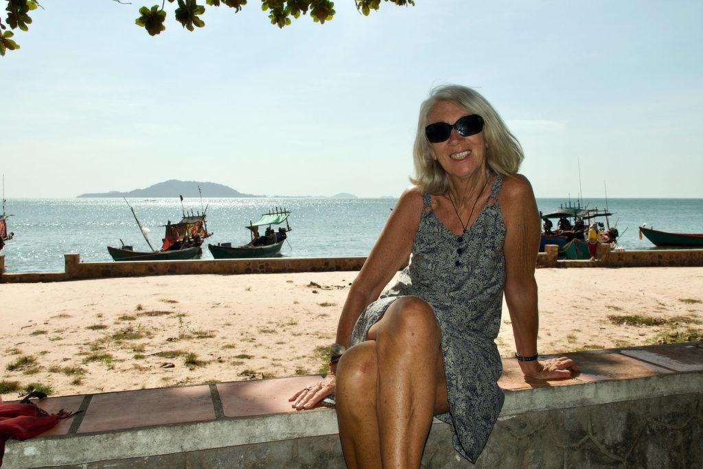 Chantal sur le bord de la plage de Kep