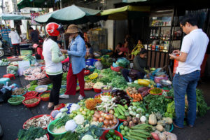 Marché dans une rue de Phnom Penh