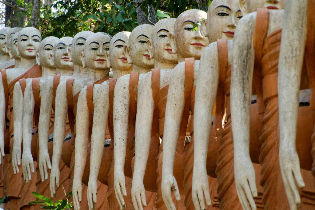 Statues en procession dans un temple près de Kratie