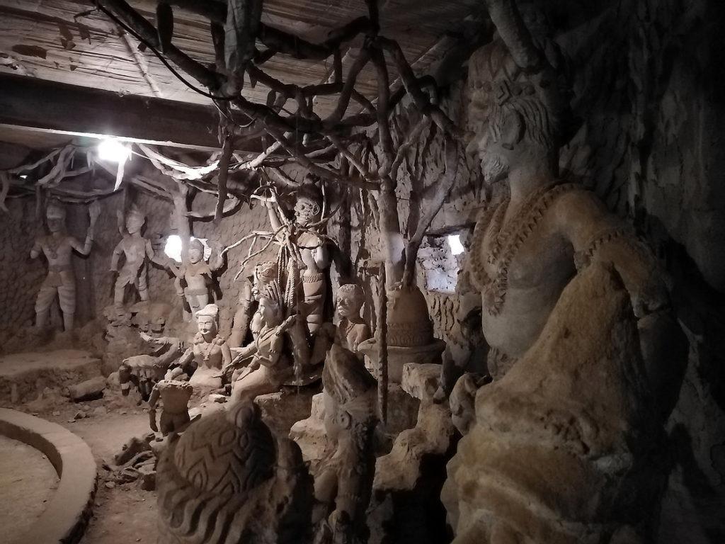 Sculptures à l'intérieur de la citrouille du Bouddha Park