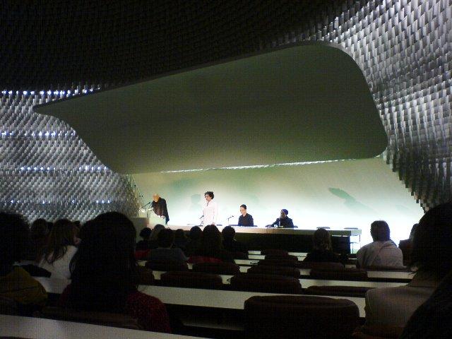 La toute première lecture à l'occasion de la journée de la femme (mars 2006) dans la grande salle de conférences de l'espace Niemeyer place du Colonel Fabien