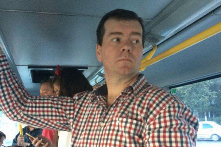 Дмитрий Медведев автобуска түшүп элдин оозун ачырды…