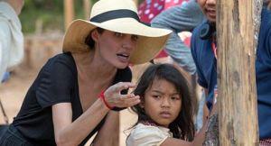 """Анжелина Джоли: """"Алгач менин атамды өлтүрүштү"""""""