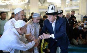 Сооронбай Жээнбеков борбордук мечитте, Алмазбек Атамбаев Арашандагы мечитте намаз окуду…
