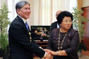 ВИДЕО: Атамбаев кечээ эле Отунбаеваны Курманжан даткага теңеп, «Ата Мекенди» мактаган