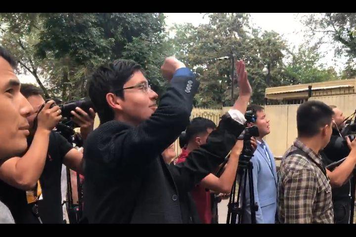 ВИДЕО: Атамбаевге депутаттар кирип чыгышты, үй-бүлөсү терезеден кол булгалашты…