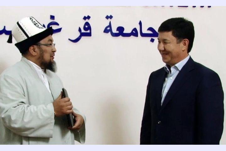 ВИДЕО: Темир Сариев хиджаб, чалма тууралуу салтты айтса, Чубак ажы да колдоп, түшүндүрдү…