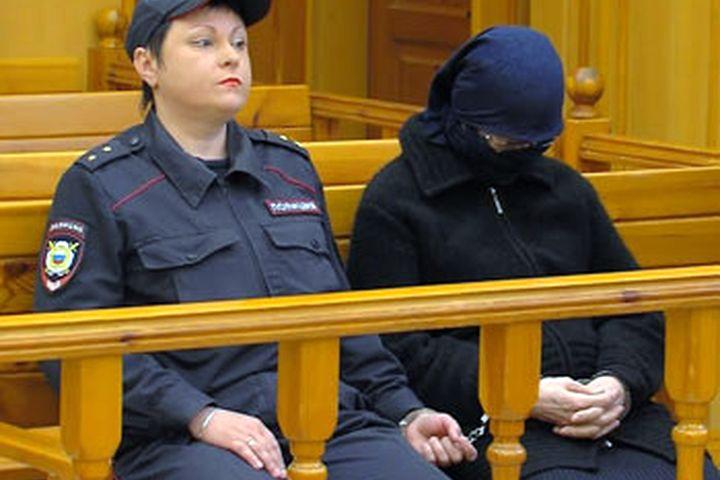 Батукаевдин 17 жылга соттолгон эжеси Яха Батукаева кандайча Атамбаев жөнүндө сурак берет?