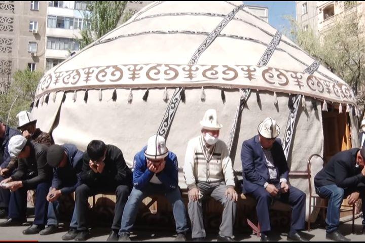 Элмирбек Иманалиевдин күйөө баласы акыркы сапар боюнча эскертүү алгандарын айтып, элге кайрылды…
