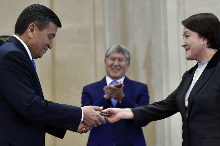 Садыр Жапаров депутаттарга Шайлдабекованы кызматтан алууну сунуштады. Алар кандай чечээр экен?