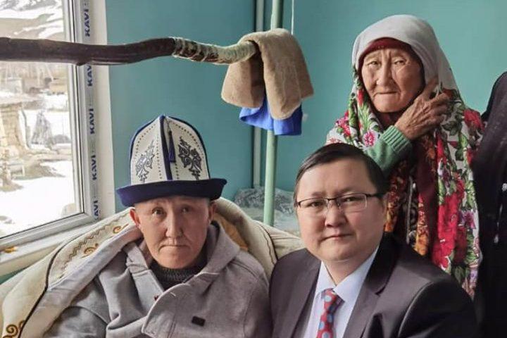 Маданият министри Малик Аликеевге «КРнын эмгек сиңирген артисти» наамын Таластагы үйүнө барып тапшырды