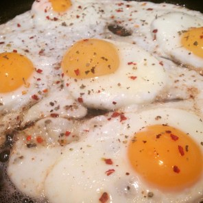 fried eggs with chili and oregano