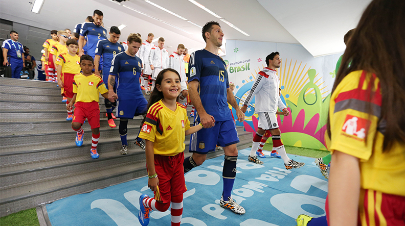 دخول الأطفال بداية مبارة كرة القدم