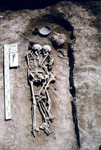 الزوجين المتعانقين في المقبرة