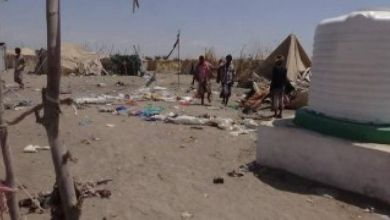 Photo of الحديدة : مليشيات الحوثي تستهدف مخيما للنازحين بصاروخ كاتيوشا