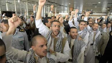 Photo of بالأسماء والصور ..هؤلاء هم الأسرى الحوثيين المفرج عنهم والصرخة هي موقفهم الأول في مطار صنعاء