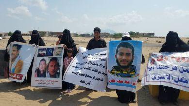 Photo of أمهات المختطفين يطالبن بالكشف عن مصير المخفيين في السجون السرية بعدن