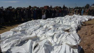 Photo of بالصور .. مليشيات الحوثي تدفن 71 جثة من ضحايا مذبحة كلية المجتمع بذمار