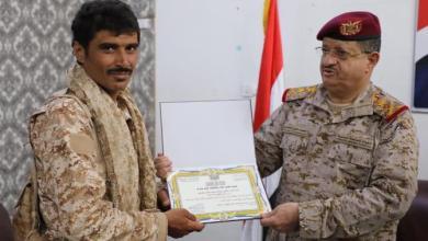 Photo of شاهد الفيديو : وزير الدفاع يكرم الجندي الذي انتزع رشاش حوثي في ميدان المعركة