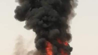 Photo of بالصور : حريق هائل يلتهم باص نقل جماعي في خط صافر مأرب الدولي