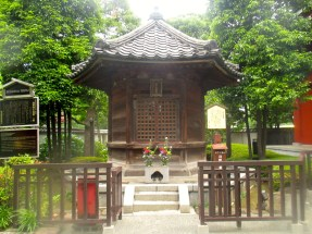 Smaller shrines such as this one are common around the main Asakusa temples