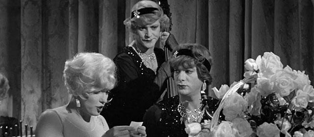 Marilyn Monroe, Jack Lemmon et Tony Curtis dans Certains l'aiment chaud (1959)
