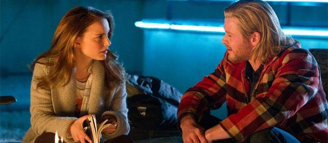 Natalie Portman et Chris Hemsworth dans Thor (2011)