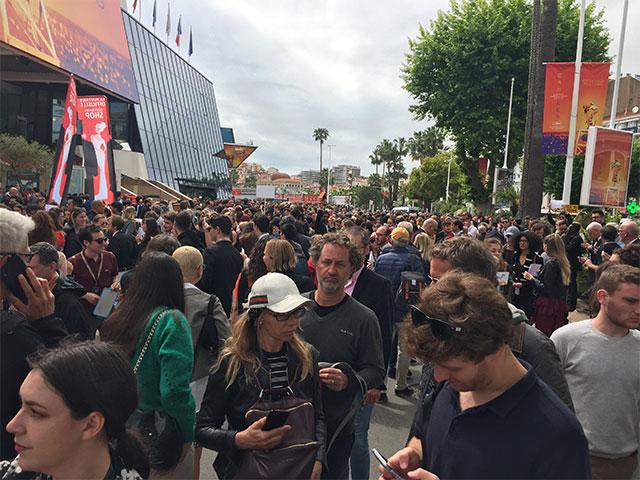 Une idée de la foule devant le Palais, quelques heures à peine avant la projection du nouveau Tarantino