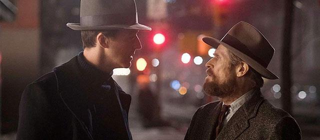 Edward Norton et Willem Dafoe dans Brooklyn Affairs (2019)