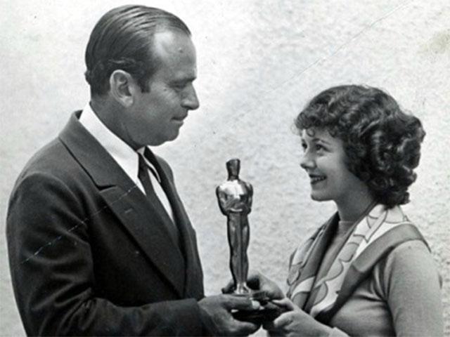 Douglas Fairbanks remettant l'Oscar de la meilleure actrice à Janet Gaynor (mise en scène, vers 1929)