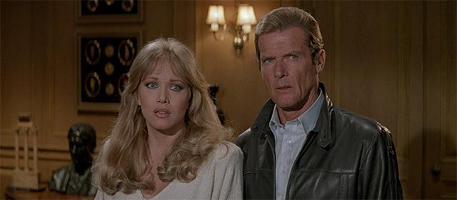 Tanya Roberts et Roger Moore dans Dangereusement Vôtre (1985)