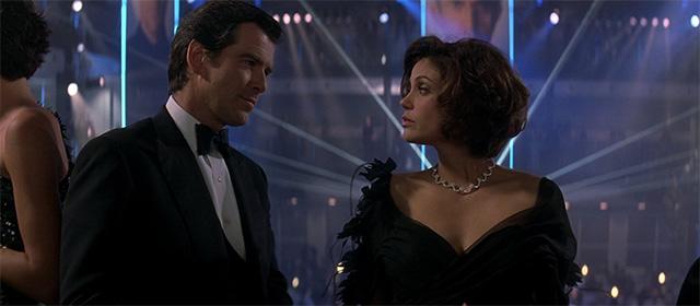 Pierce Brosnan et Teri Hatcher dans Demain ne meurt jamais (1997)
