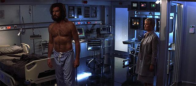 Pierce Brosnan et Judi Dench dans Meurs un autre jour (2002)