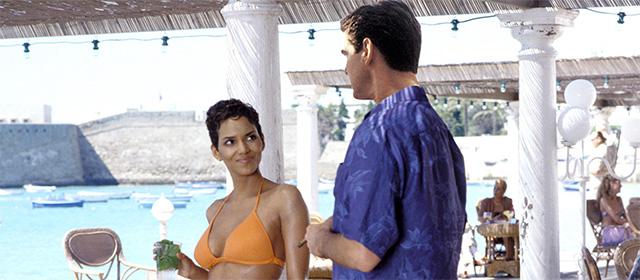 Halle Berry et Pierce Brosnan dans Meurs un autre jour (2002)